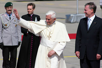 DEU, 05-08-18, Cologne Pope Benedict XVI greeting the crowd accompanied by Federal President Horst Koehler Guido Karl Weltjugendtag gGmbH Gereonstr. 1-3 , 50670 Koeln , +49 221 - 284 66 27