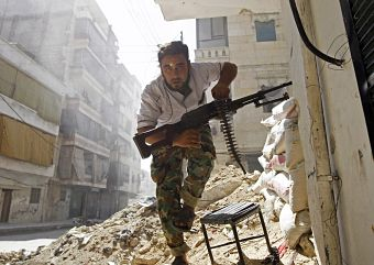 A Free Syrian Army fighter takes cover during clashes with Syrian Army in the Salaheddine neighbourhood of central Aleppo August 7, 2012. REUTERS/Goran Tomasevic (SYRIA - Tags: CIVIL UNREST POLITICS TPX IMAGES OF THE DAY)